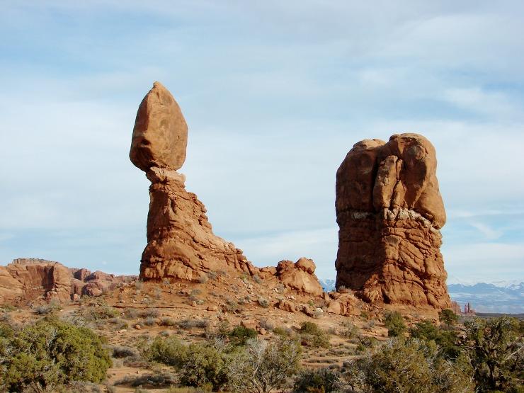 Windows Section에 있는 Balanced Rock. 커다란 바위를 머리에 얹고 위태롭게 균형을 이루고 있는 이 바위는 지금 당장이라도 떨어져 내릴 것처럼 아슬아슬해 보인다. 위에 얹혀있는 커다란 바위는 버스 3대를 합친 것과 같은엄청난 크기다